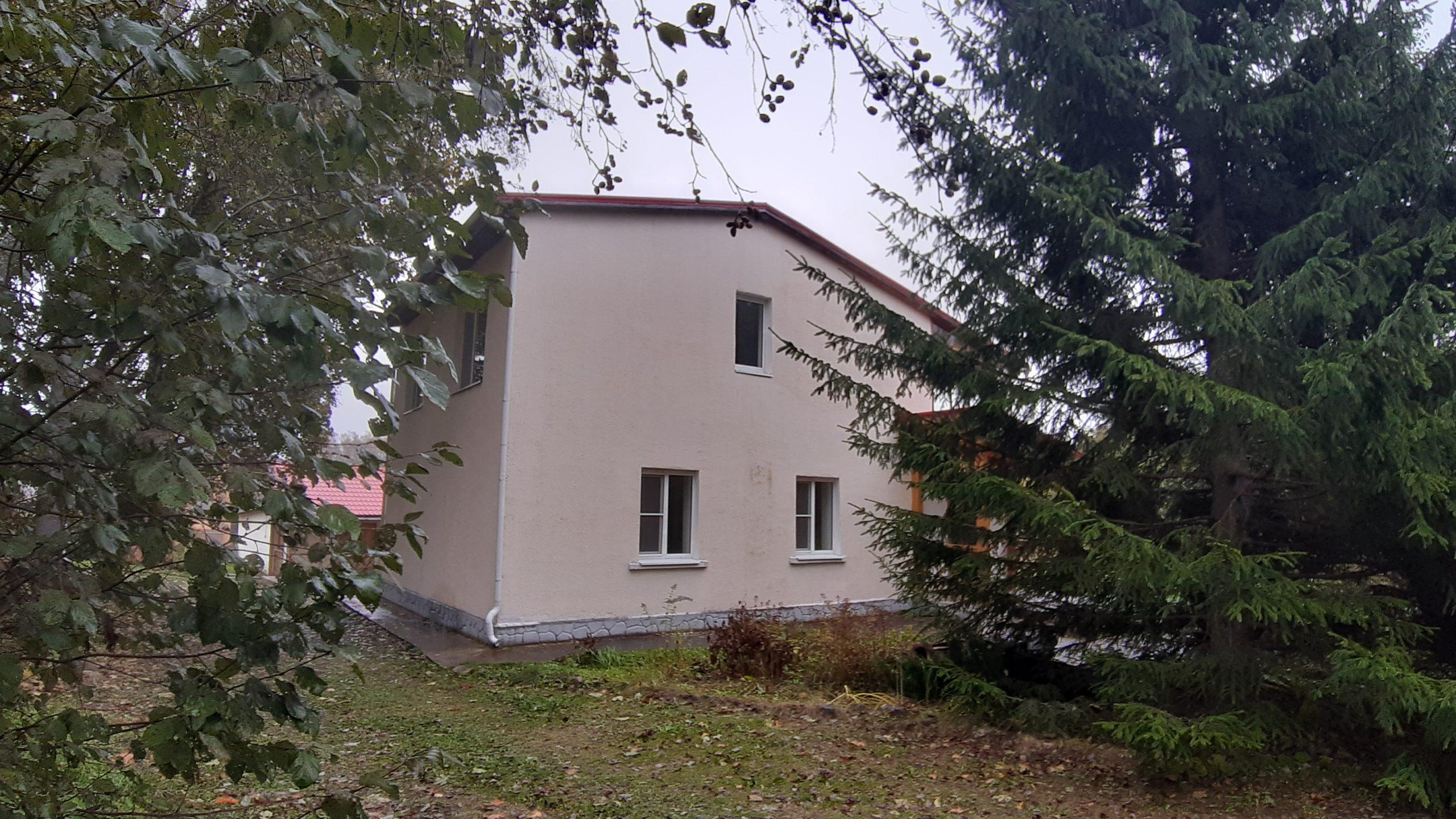 Дом двухэтажный. Площадь 160 м². Построен в 1995 году. Два санузла.